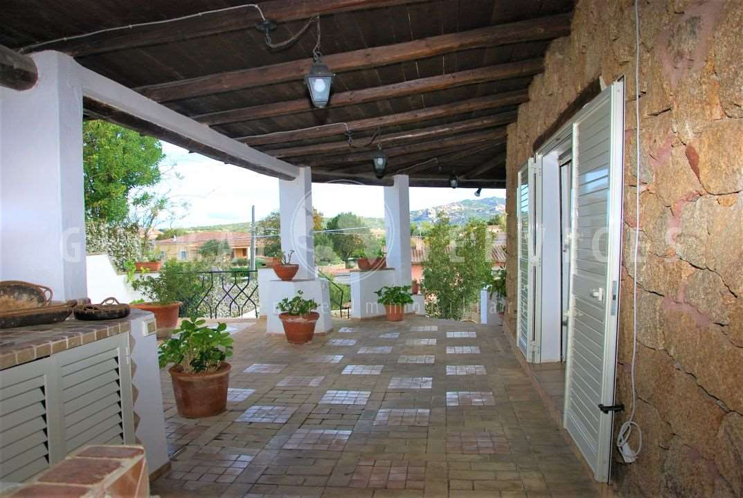Villa with outbuilding for sale